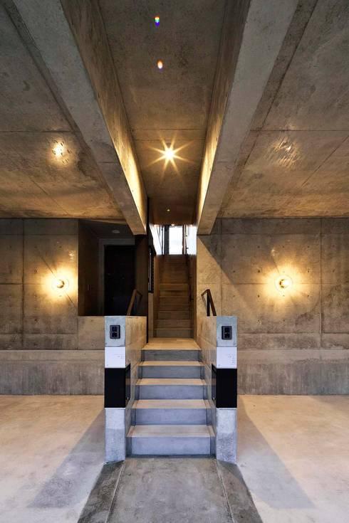 蔵のようなコンクリート住宅: スタジオ4設計が手掛けたガレージです。
