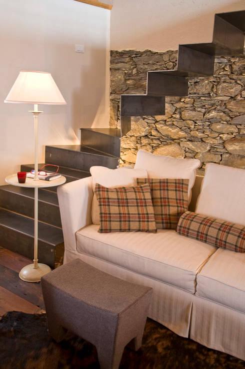 casa in valle d'aosta: Soggiorno in stile  di geroni modi di abitare sas