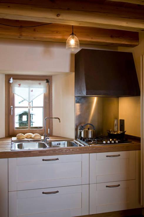 casa in valle d'aosta: Cucina in stile  di geroni modi di abitare sas