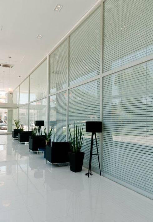 Projeto arquitetônico de área interna comum do America Office Center: Corredores e halls de entrada  por ArchDesign STUDIO
