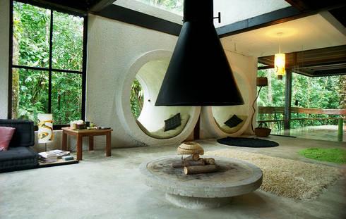 Sertão da Barra do Una | casa: Salas de estar tropicais por ARQdonini Arquitetos Associados