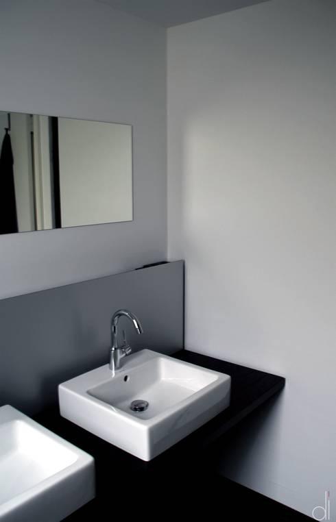 Neubau WOHNHAUS: minimalistische Badezimmer von di architekturbüro