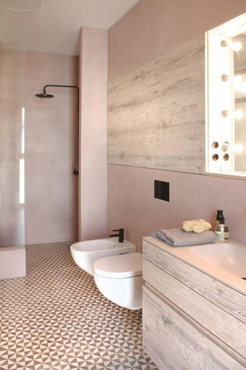 Fugenloses Bad: moderne Badezimmer von DraDog Werkstätten Berlin