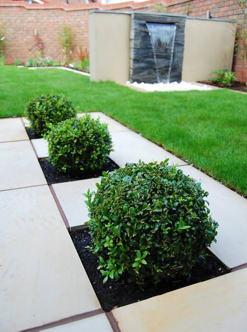 Jardines de estilo  por Robert Hughes Garden Design