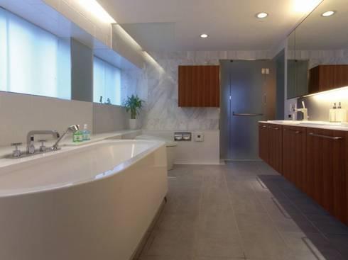 ダブルリビングのある家 すくすくリノベーション vol.1: 株式会社エキップが手掛けた浴室です。