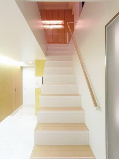 ダブルリビングのある家 すくすくリノベーション vol.1: 株式会社エキップが手掛けた廊下 & 玄関です。