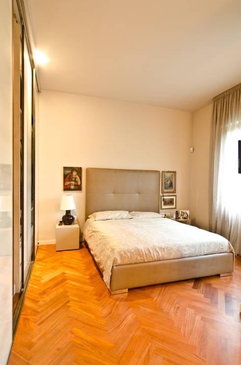 Arredare una villa per uso abitativo  e lavorativo: Camera da letto in stile in stile Classico di Darchitettura