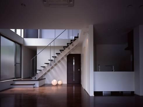 大塚の家~プラスワン!~: 有限会社アルキプラス建築事務所が手掛けたリビングです。