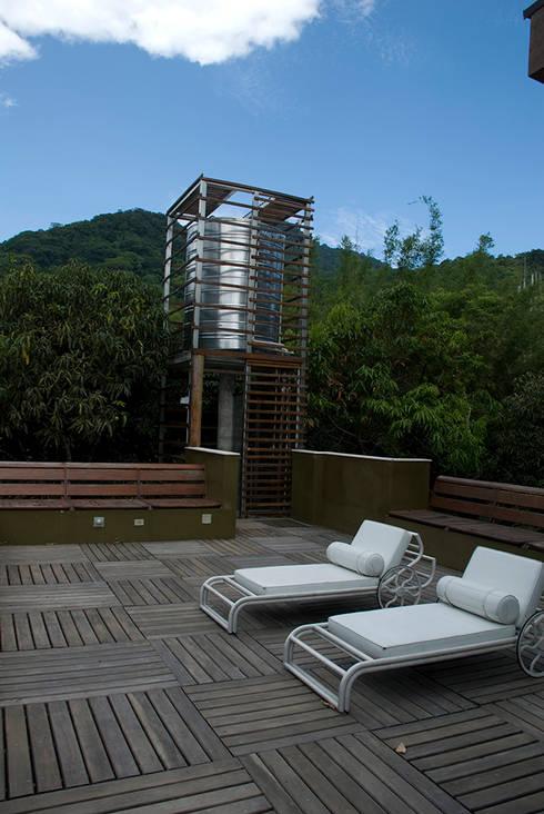 Santiago | casa praia: Piscinas tropicais por ARQdonini Arquitetos Associados