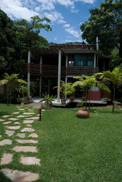 Santiago | casa praia: Casas tropicais por ARQdonini Arquitetos Associados