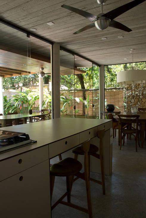 Santiago | casa praia: Cozinhas tropicais por ARQdonini Arquitetos Associados