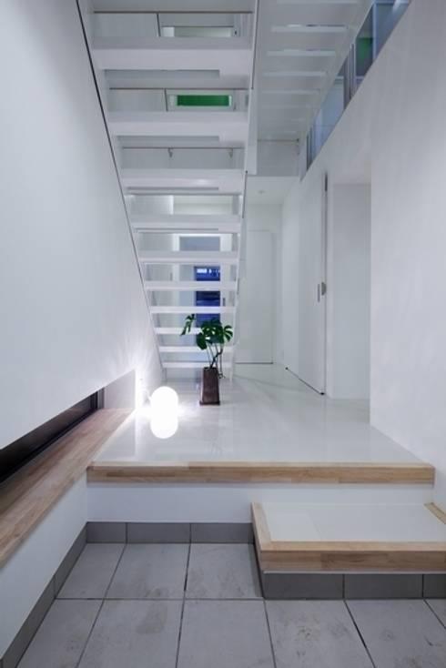 Y-house: 有限会社アルキプラス建築事務所が手掛けた廊下 & 玄関です。