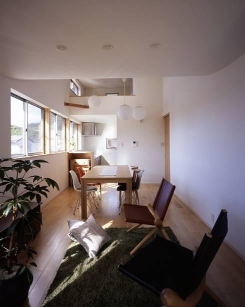 坂の南の家: 有限会社アルキプラス建築事務所が手掛けたリビングです。