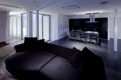 坂の上の家: 有限会社アルキプラス建築事務所が手掛けたダイニングです。