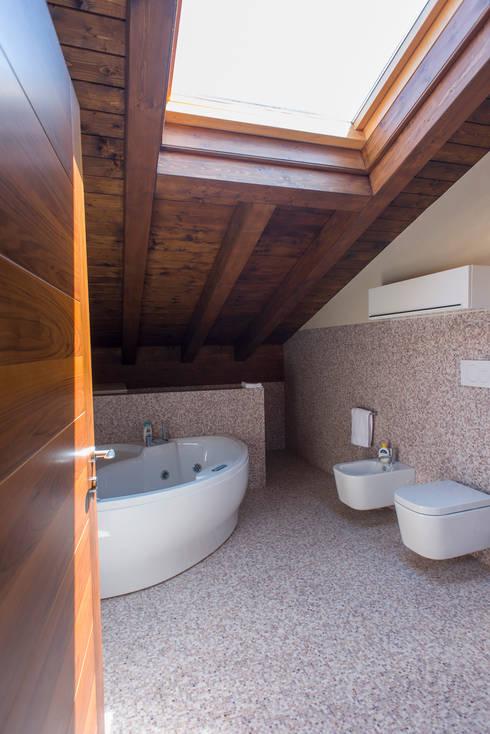 Residenza Colli Veneti: Bagno in stile in stile Moderno di Andrea Tommasi