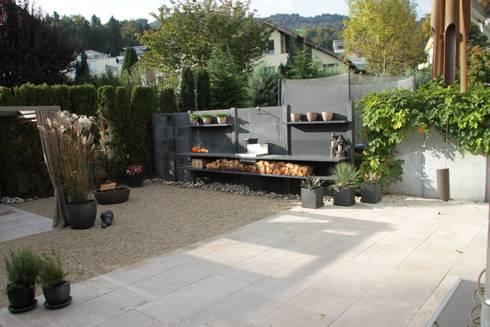 WWOO buitenkeuken met douche in het antraciet: moderne Tuin door WWOO