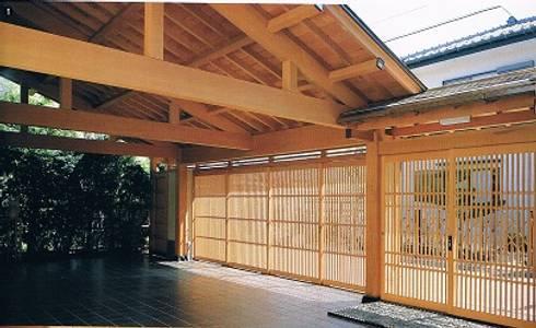 鉄筋コンクリート造の現代数寄屋の家車庫: 株式会社 山本富士雄設計事務所が手掛けた家です。