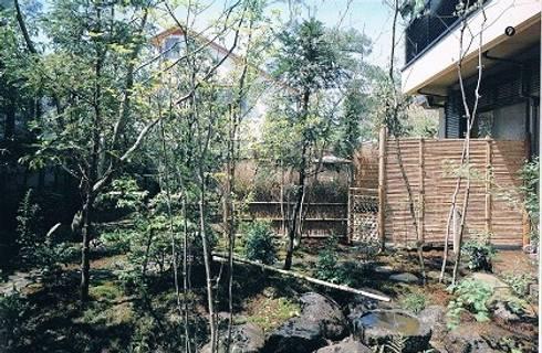 鉄筋コンクリート造の現代数寄屋の家日本庭園: 株式会社 山本富士雄設計事務所が手掛けた家です。