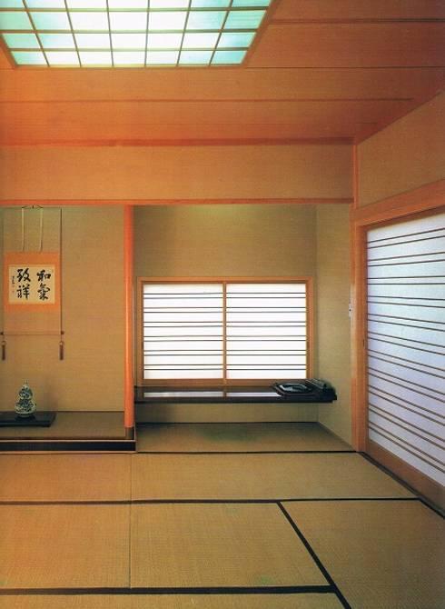 南北に細長い中庭の混在する現代数寄屋の家1階和室書斎: 株式会社 山本富士雄設計事務所が手掛けた寝室です。