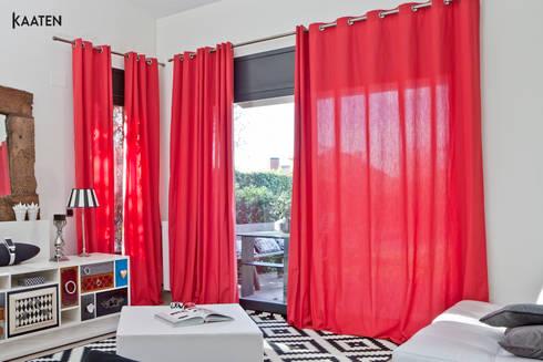 Cortinas rojas - Kaaten: Salones de estilo moderno de Kaaten