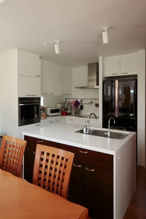 Cozinhas modernas por 一級建築士事務所あとりえ