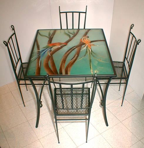 Tavolo Pappagalli completo di sedie: Sala da pranzo in stile in stile Classico di G.M.Selena-Laboratorio Artigianale di Salami Elena