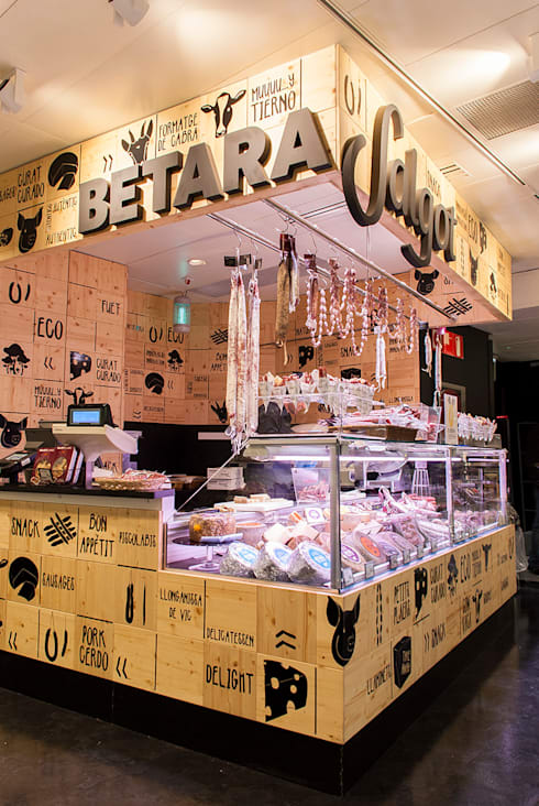 Tienda de embutidos Salgot y quesos Betara en El Corte Inglés de Plaza Catalunya, Barcelona.: Locales gastronómicos de estilo  de Trestrastos