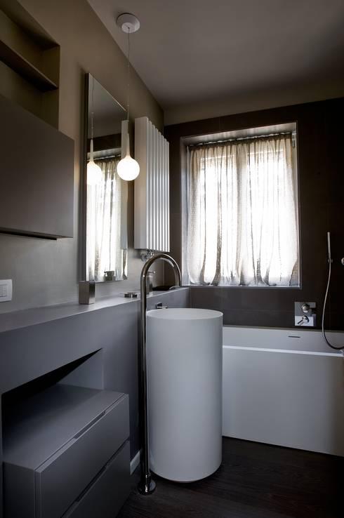 Baños de estilo minimalista por luca bianchi architetto