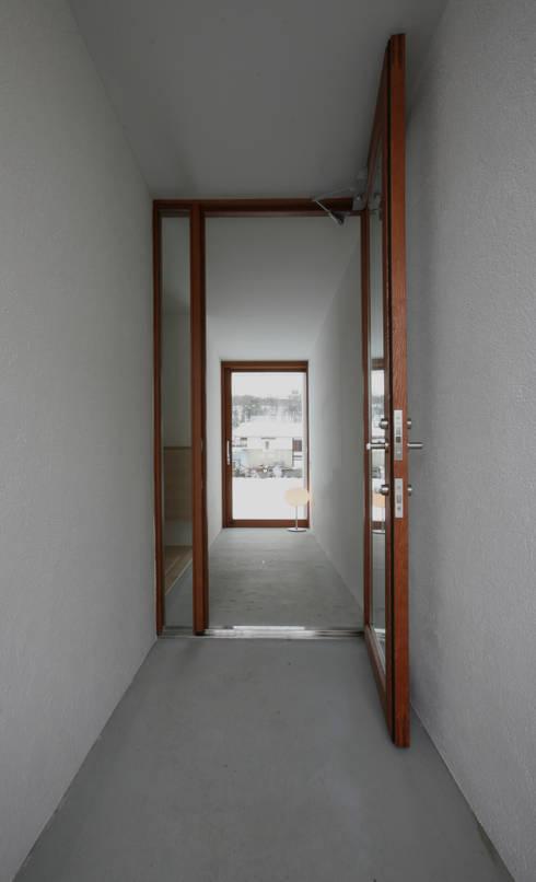 高山の家: 深山知子一級建築士事務所・アトリエレトノが手掛けた廊下 & 玄関です。