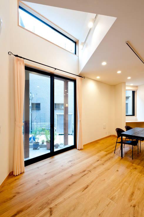 家族の集まる部屋: アルキテク設計室が手掛けたリビングです。
