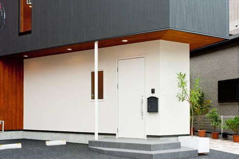 エントランス外観: アルキテク設計室が手掛けた家です。