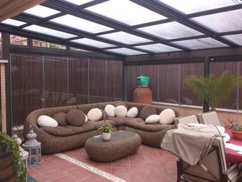 Techo móvil y cortinas de vidrio: Jardines de invierno de estilo minimalista de CERRAMIENTOS ALUMEN&MUÑOZ  S.L