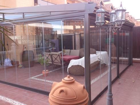 Acabados limpios : Salones de estilo moderno de CERRAMIENTOS ALUMEN&MUÑOZ  S.L