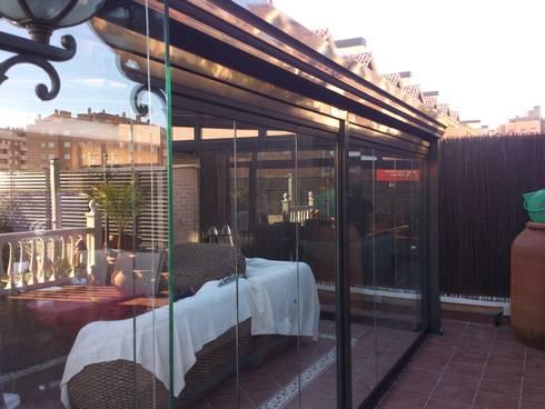 Detalle canalón: Casas de estilo minimalista de CERRAMIENTOS ALUMEN&MUÑOZ  S.L