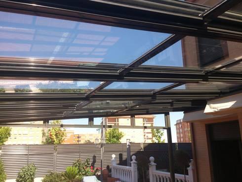 Techo móvil deslizante motorizado y vidrio: Jardines de invierno de estilo moderno de CERRAMIENTOS ALUMEN&MUÑOZ  S.L