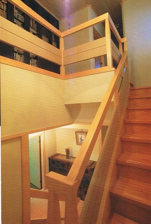 簾(すだれ)ブラインドのある現代数寄屋の家玄関階段: 株式会社 山本富士雄設計事務所が手掛けた廊下 & 玄関です。