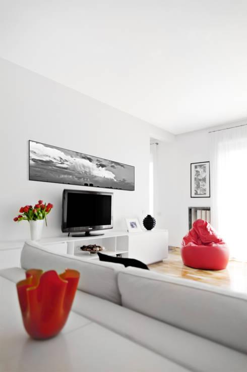 Black & White: Soggiorno in stile  di PAZdesign