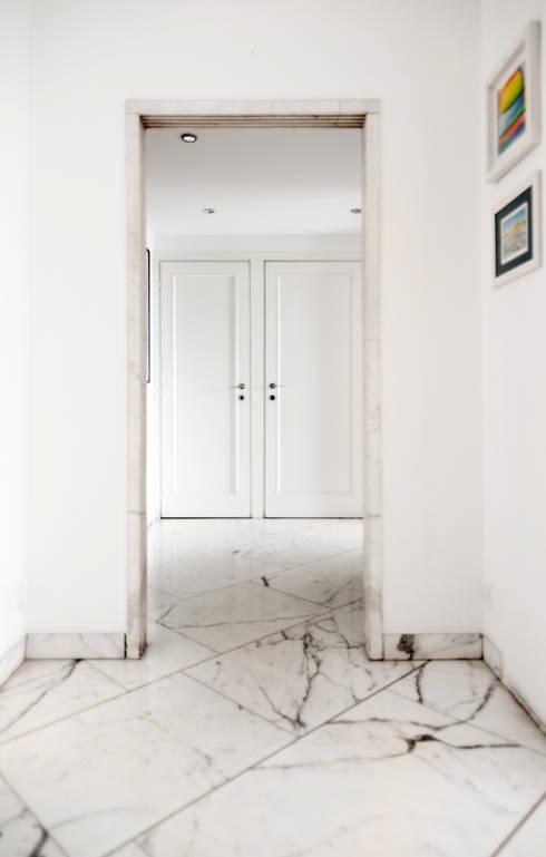 Black & White: Ingresso & Corridoio in stile  di PAZdesign