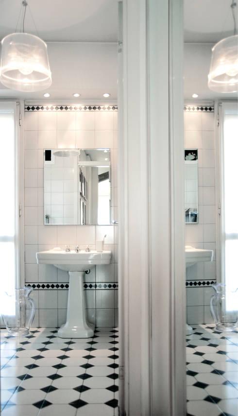 Black & White: Bagno in stile in stile Moderno di PAZdesign