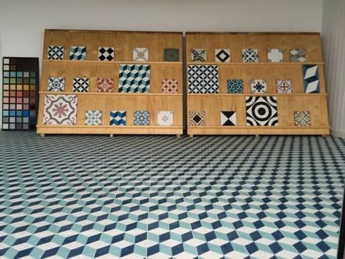 Show Room en Portugal: Hogar de estilo  de Suelos Hidráulicos Demosaica