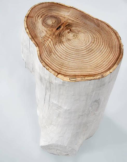 Mesa auxiliar de tronco natural, pintado en blanco y con superficie en color natural: Salones de estilo escandinavo de Cube Deco