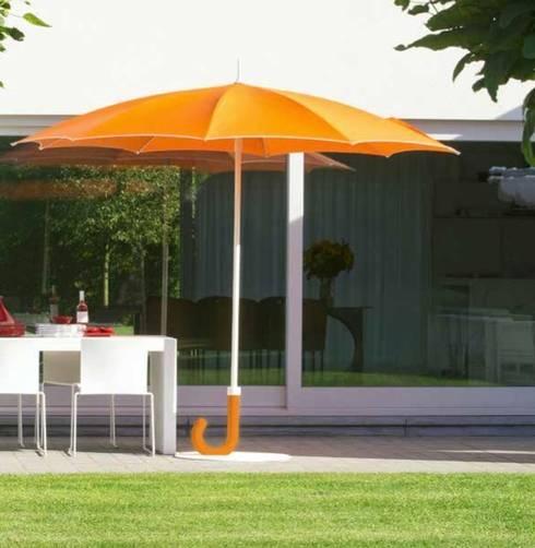 PARASOL GULLIVER ORANGE: Jardin de style  par KSL LIVING