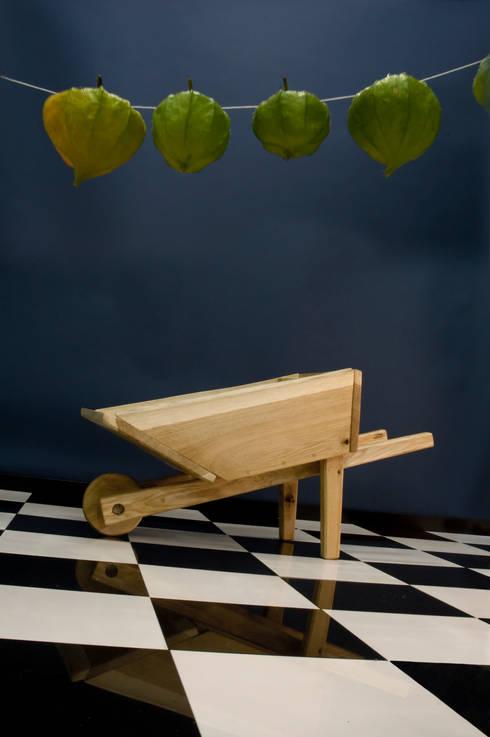 Wheelbarrow: moderne Kinderkamer door Bo Reudler Studio