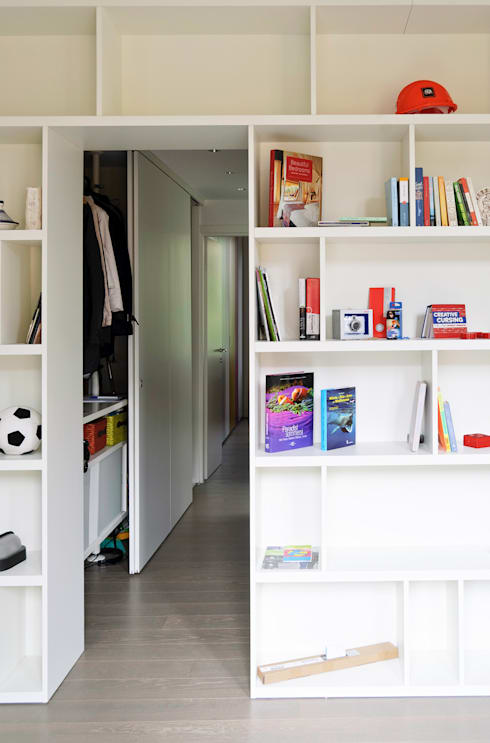 Libreria ingresso e disimpegno: Studio in stile  di PLANAIR ®