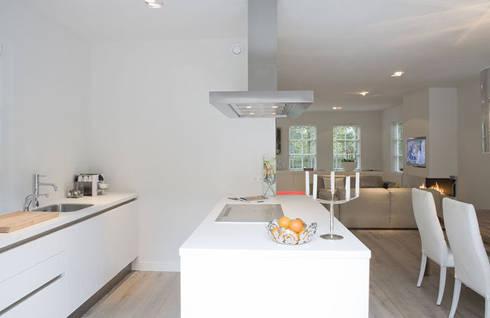 Woonhuis Bergen : minimalistische Keuken door By Lenny