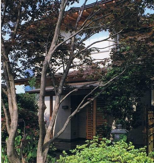 坪庭のある沖縄風現代数寄屋の家西側外観: 株式会社 山本富士雄設計事務所が手掛けた家です。