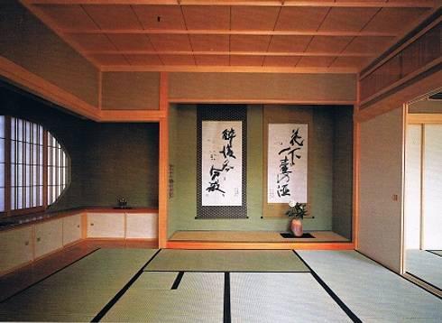 坪庭のある沖縄風現代数寄屋の家1階和室: 株式会社 山本富士雄設計事務所が手掛けた寝室です。