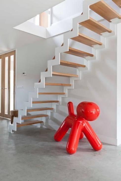 Renesse Beachhouse: moderne Woonkamer door Smeele   ontwerpt & realiseert