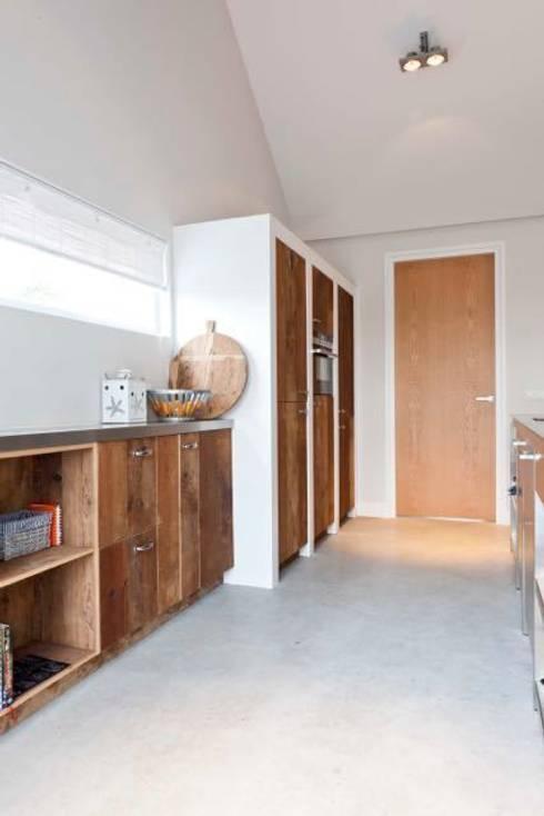 Renesse Beachhouse: moderne Keuken door Smeele   ontwerpt & realiseert