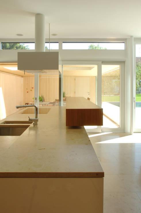 Einfamilienhaus in Lustenau / Österreich:  Küche von Früh Architekturbüro ZT  GmbH